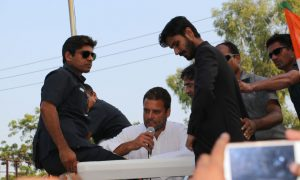 AMU Students welcome Rahul Gandhi During Kissan yatra at University Circle
