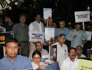 AMU alumni brave rough weather to protest against attack on varsity